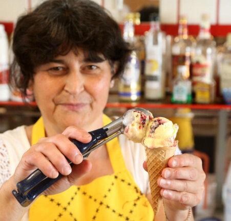 """<p>Eierlikör mit schwarzen Johannisbeeren – das ist der Renner in """"Roccos Eiscafé"""" am Lichtensteiner Altmarkt. Wie viele Kugeln davon täglich über die Theke gehen, kann Eisverkäuferin Ursula Göhre kaum zählen. Manchmal muss sie die 3-Liter-Behälter mehrmals am Tag wechseln.</p>"""
