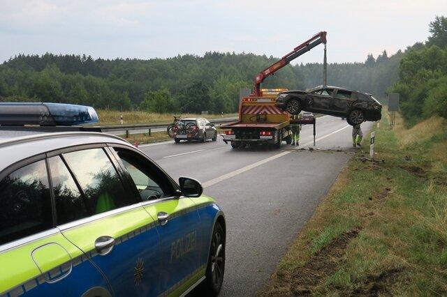<p>Die Sperrung blieb etwa 45 Minuten bestehen; anschließend wurde der Verkehr einspurig am Unfallort vorbeigeleitet.</p>