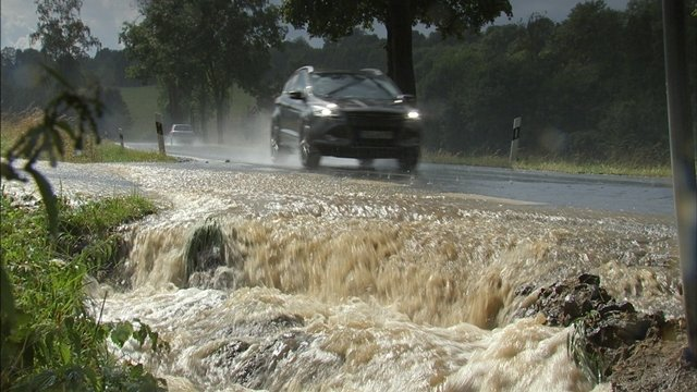 <p>Wasser und Schlamm bahnten sich ihren Weg durch den kleinen Ort.</p>