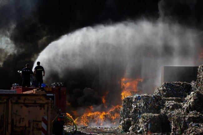<p>Nach Angaben der Feuerwehr war der Brand aber rasch unter Kontrolle.</p>