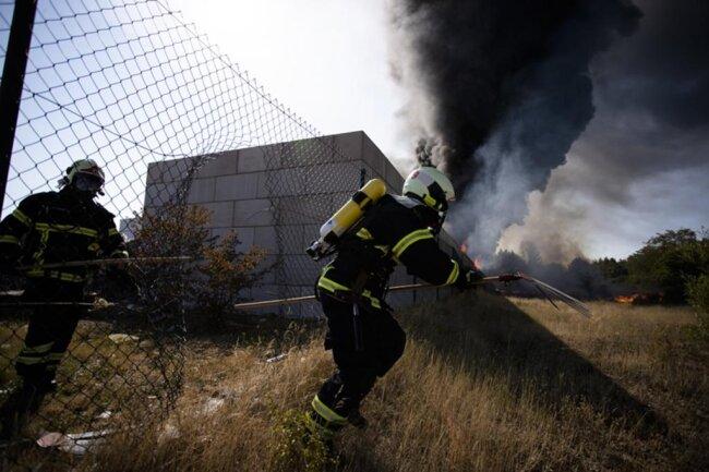 <p>Sieben Feuerwehren waren mit mehr als einem Dutzend Löschfahrzeugen im Einsatz und hatten ein Übergreifen der Flammen auf eine Lagerhalle verhindert.</p>