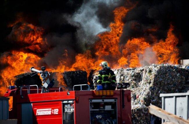<p><br /> <br /> Das Feuer war am Morgen aus noch unbekannter Ursache auf einem etwa 200 Quadratmeter großen Außenareal der Firma ausgebrochen.</p>
