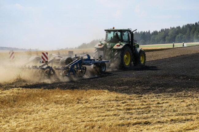 <p>Unterstützt wurden sie von einem Bauern mit seinem Grubber der schnell Schneisen in das Feld grubberte um eine weitere Ausbreitung des Feuers zu verhindern.</p>