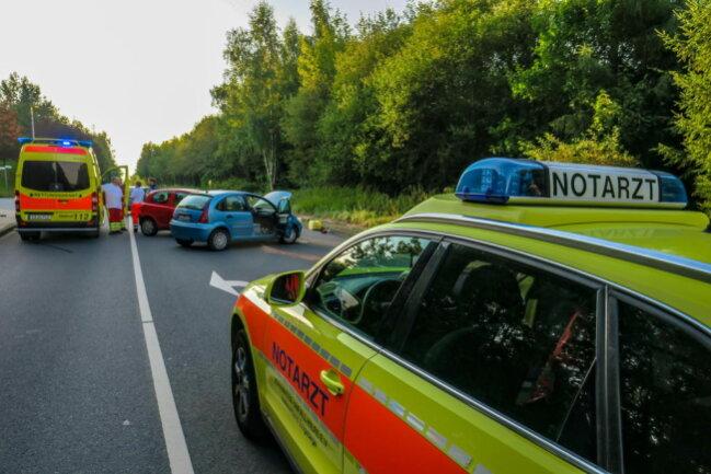 <p>Die Feuerwehr Schneeberg war mit drei Fahrzeugen und 16 Einsatzkräftenvor Ort, um Betriebsmittel zu binden und die Fahrzeuge sowie den Unfallort zu sichern.</p>