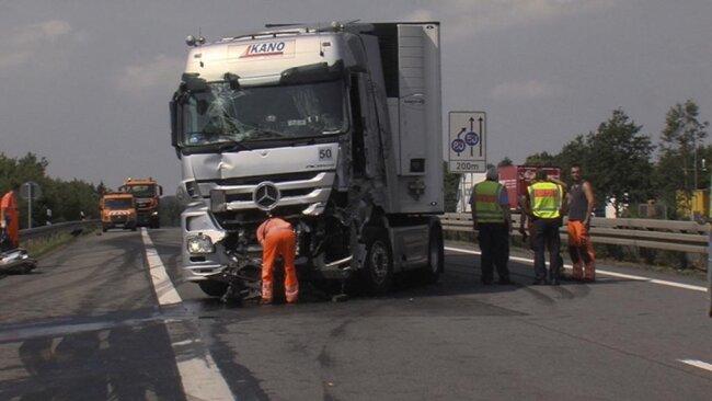 <p>Das Fahrzeug prallte auf einen anderen Lkw. Beide Fahrer - ein 60-jähriger Pole und ein 54-jähriger Tscheche - wurden bei dem Unfall schwer verletzt.</p>