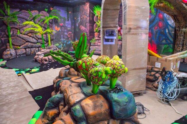 <p>Besuchern werden neben einem 700 Quadratmeter großen Labyrinth ein Virtual-Reality-Bereich, ein Trampolin-Park und ein Kleinkindbereich geboten, ebenso wie Schwarzlicht-Minigolf mit 3D-Effekten.</p>