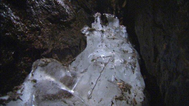 <p>Die Eispinge ist etwa 150 Meter lang, 20 Meter tief und entstanden durch das Schrämen eines Zinngreisengangs.</p>