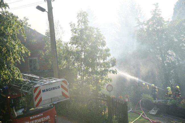 <p>Im Verlauf der Löscharbeiten wurde ein Teil des Gebäudes mit einem Bagger abgerissen.</p>