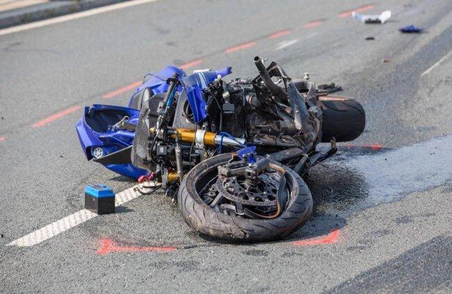 <p>Der Motorradfahrer wurde durch den Zusammenstoß durch die Luft geschleudert.</p>