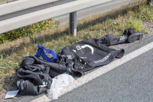 <p>Zum Bergen der Fahrzeuge und zum Abbinden auslaufender Betriebsstoffe musste die B92 für mehr als zwei Stunden gesperrt werden. Es entstand ein Sachschaden von 17.000 Euro.</p>