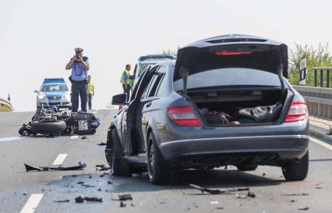 <p>Er schaffte es dann offensichtlich nicht mehr, sich rechtzeitig einzuordnen und stieß frontal mit einem Mercedes im Gegenverkehr zusammen.</p>
