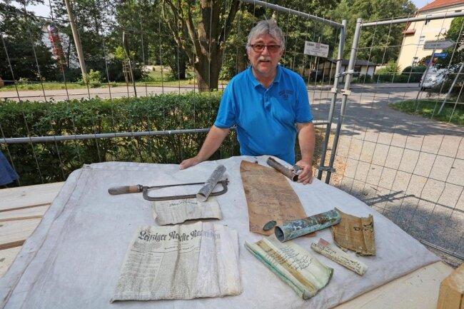 <p>Laut Winfried Weber, Vize-Vorstandschef der Christuskirchgemeinde, sollen die Funde nun ausgewertet werden. Er geht davon aus, dass Kugel und Kreuz Anfang September wieder auf den Turm gesetzt werden können.</p>