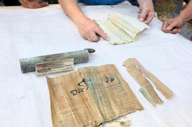 <p>In denen waren seit dem 18. August 1907 historische Dokumente, unter anderem eine Bauurkunde, aufbewahrt worden.</p>