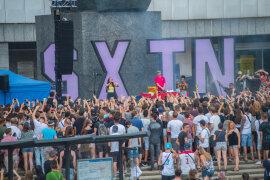 <p>Mit dem Berliner Duo SXTN gab eine der derzeit angesagtesten Formationen der deutschen Hip-Hop-Szene ein knapp einstündiges Gratiskonzert.</p>
