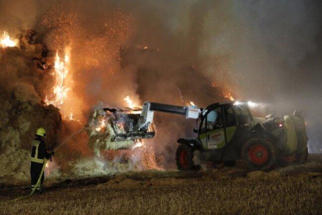 <p>...und mit Unterstützung der Bauern konnte ein Übergreifen der Flammen auf einen Wald und ein abgeerntetes Feld verhindert werden.</p>