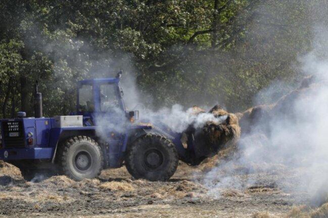 <p>Der am Sonntagabend auf einem Feld in Euba ausgebrochene Brand ist am Montagmittag noch nicht gelöscht.</p>