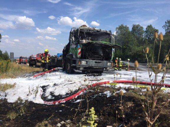 <p>Gegen 14.45 Uhr geriet der Lkw mit Hänger auf dem rechten Seitenstreifen in Brand.</p>
