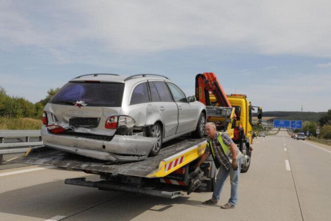 <p>Im Mercedes saßen eine 30-Jährige und ein einen Monate alter Säugling. Das Baby erlitt schwerste Verletzungen. Die A4 wurde 14.40 Uhr wieder für den Verkehr freigegeben.</p>