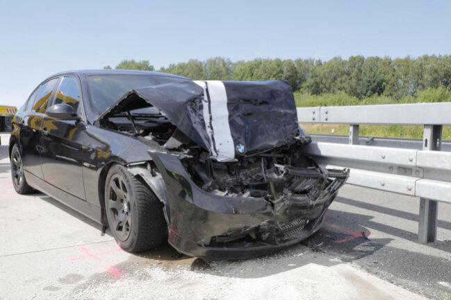 <p>Im Rückstau ereignete sich ein schwerer Unfall zwischen der Anschlussstelle Limbach-Oberfrohna und dem Kreuz Chemnitz. Ein 30-Jähriger war 11.35 Uhr mit seinem BWM auf den Mercedes eines 31-Jährigen aufgefahren.</p>