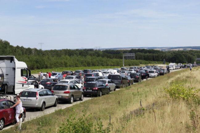 <p>Am ersten waren drei Autos beteiligt. Kurz nach 10.15 Uhr war kurz nach dem Kreuz Chemnitz ein 79-Jähriger mit seinem Opel auf der rechten Spur liegen geblieben. Ursache war offenbar ein technischer Defekt. Ein weiterer Opel und ein Mitsubishi fuhren auf. Die Autobahn wurde bis 11.20 Uhr voll gesperrt. Eine Person erlitt schwere Verletzungen, drei Menschen wurden leicht verletzt.</p>