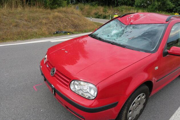 <p>Nach ersten Informationen fuhr ein Fahrradfahrer von der Hundshübeler Straße auf die S274 auf und kollidierte da mit einem vorfahrtsberechtigten VW.</p>