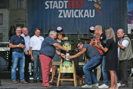 <p>Zwickaus Oberbürgermeisterin überließ den traditionellen Fassbieranstich in diesem Jahr Werner Weinschenk, dem Noch-Chef der Mauritius-Brauerei.</p>