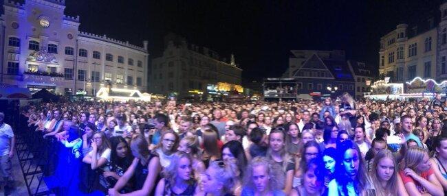 <p>Zahlreiche Fans bejubelten die Sängerin und Keyboarderin LEA, die die Hauptmarktbühne gegen 21 Uhr eroberte.</p>