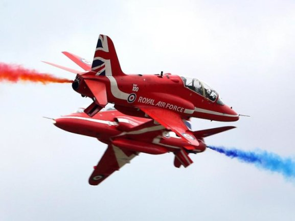 <b>Flugfestival in London</b><br/>Sie wissen, was sie da tun: Die Red Arrows der britischen Royal Air Force beim Biggin Hill-Flugfestival in London. Foto: Gareth Fuller/PA Wire<br/>18.08.2018 (dpa)