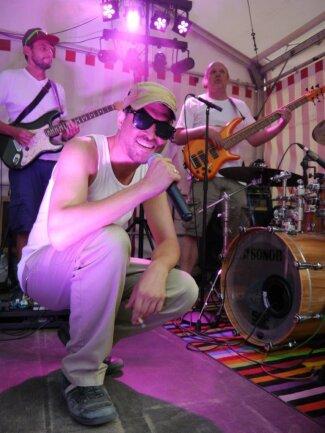 <p>Die Band Rat Race bot am Freitagabend auf der Bühne an der Frongasse in Mittweida Reggae-Musik. Auf insgesamt sechs Bühnen treten auch am Samstag und Sonntag verschiedene Musikgruppen und Vereine beim Altstadtfest in Mittweida auf.&nbsp;</p>
