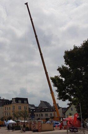 <p>Bis auf etwa 70 Meter Höhe zieht der Kran eine Aussichtsgondel, in der Festgäste mit nach oben fahren können. Der Kran wurde für den Zweck gemietet von der Regiobus Mittelsachsen GmbH. Er steht in Mittweida auf dem Areal des Altstadtfestes an der Frongasse.</p>