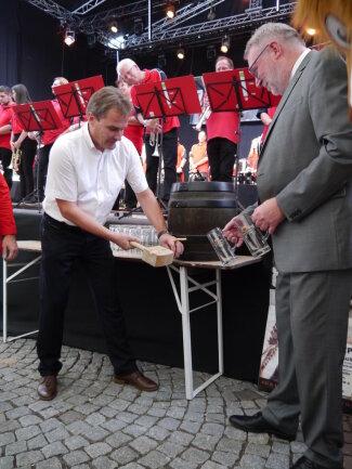 <p>Mittweidas Oberbürgermeister Ralf Schreiber (li.) hat am Freitagabend im Festzelt auf dem Mittweidaer Markt zur Eröffnung des Altstadtfestes ein Fass Freibier für Gäste spendiert. Ihm half nach dem Anstechen Mittelsachsens Landrat Matthias Damm beim anzapfen.</p>