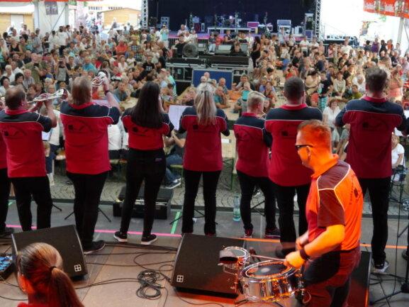 <p>Mit Pauken und Trompeten ist das Altstadtfest in Mittweida am Freitagabend eröffnet worden.</p>