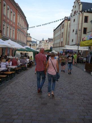 <p>Nachdem am Freitagabend das Altstadtfest in Mittweida eröffnet worden ist, bummelten die ersten Gäste über die Rochlitzer Straße Richtung Markt. In der Innenstadt sind sechs Bühnen aufgestellt, auf denen auch am Samstag und Sonntag Musik und Unterhaltung geboten wird.</p>