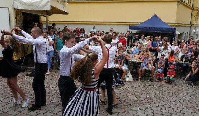 <p>Bei Sonnenschein füllen sich am Samstagnachmittag die Straßen auf dem Festgelände der Innenstadt von Mittweida. Vor den insgesamt sechs Bühnen taucht zunehmend Publikum auf, so auch nahe dem Pfarrberg, wo mehrere Gruppen des Mittweidaer Tanzstudios Step5 auftraten, hie die Schülerformation. Bei der Gelegenheit konnte Inhaber Marko Weidauer berichten, dass das Tanzstudio erst in diesem Monat ein neues Domizil an der Hainichener Straße 60 bezogen hat.</p>