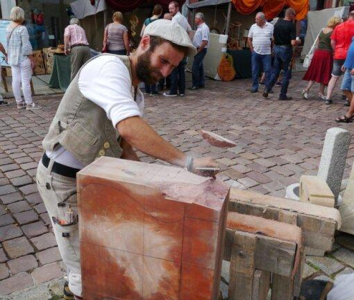 <p>Steinmetz Markus Bohn von der Halsbrücker Firma Steinrestaurierung Neubert ist auf dem Altstadtfest in Mittweida gleich am Eingang der Weberstraße zu finden und führt hier sein Handwerk vor. Auf der Weberstraße finden sich gleich mehrere Stände mit Vertretern von historischem Handwerk.</p>