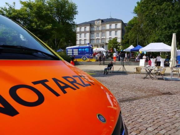 <p>Auf dem Technikumplatz in Mittweida präsentieren sich anlässlich des zehnjährigen Bestehens des Landkreises Mittelsachsens mehrere Hilfsorganisationen, Feuerwehr, Krankenhäuser, Rettungsdienste und an der Blaulichtmeile auch das Technische Hilfswerk.</p>