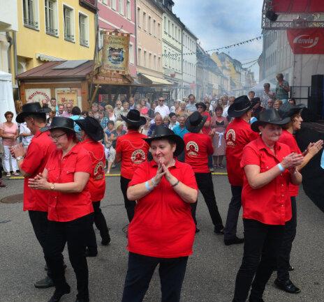 <p>Die Mittweidaer Linedancer auf der Rochlitzer Straße.</p>