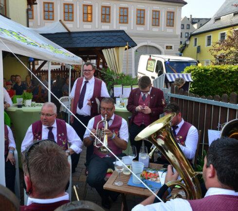 <p>Blasmusik am Rochschen Haus.</p>