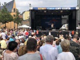 <p>Die gebürtige Zwickauerin Regina Thoss eröffnete am Samstagnachmittag das Programm auf der Bühne am Kornmarkt.</p>