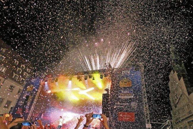 """<p>Der krönende Abschluss: Während Wincent Weiss seinen Hit """"Feuerwerk"""" zum Besten gab, erhellte tatsächlich ein Feuerwerk den Nachthimmel über Zwickau.</p>"""