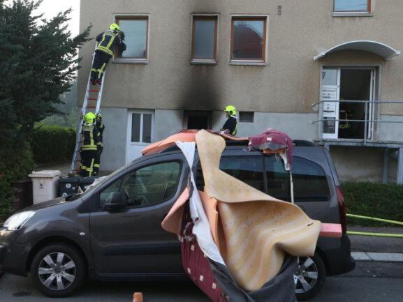 <p>Zwei vor dem Haus parkende Fahrzeuge wurden durch die Explosion beschädigt.</p>