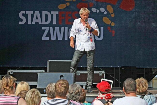 <p>Schlagerstar Bernhard Brink begeisterte seine Fans am Nachmittag auf der Bühne am Kornmarkt.</p>