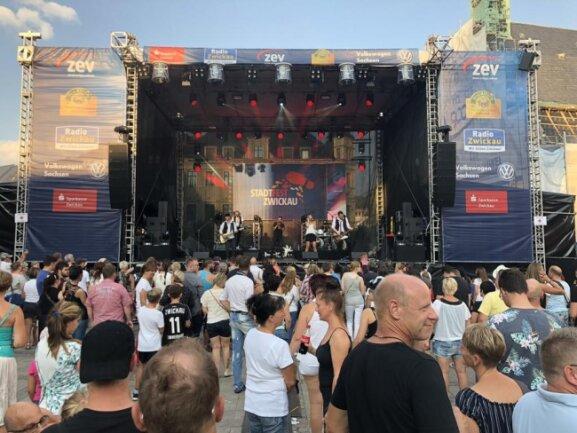 <p>Die Band Rockpirat sorgte am Abend für Stimmung auf dem Hauptmarkt.</p>