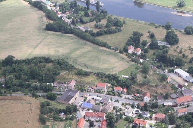 <p>In Zehren (Landkreis Meißen befand sich im 11./12 Jahrhundert eine&nbsp;hochmittelalterliche Wallburg mit vorgelagerten Gräben, wie die Spuren in den Feldern belegen.</p>