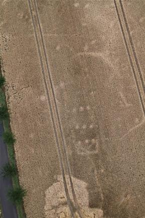 <p>Ein Hausgrundriss in Dobernitz, Landkreis Meißen. Das Gebäude stand hier in einer Epoche, die die Archäologen als linienbandkeramische Zeit bezeichnen (um 5000 v. u. Z.).</p>