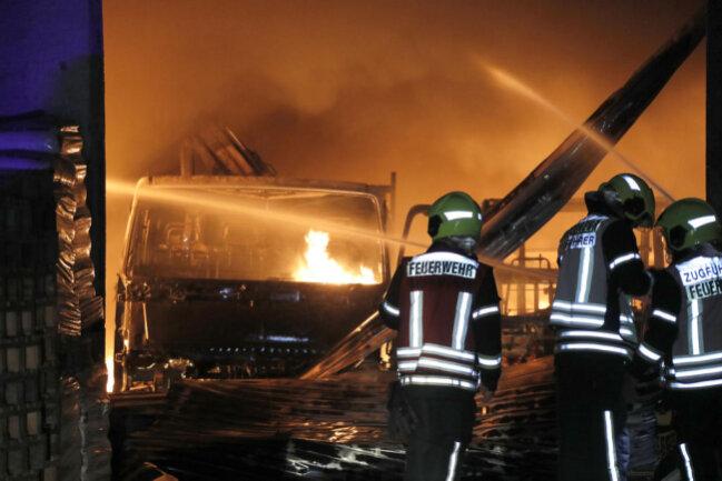 <p>Verletzt wurde bei dem Brand niemand, allerdings sei ein Sachschaden von rund 500.000 Euro entstanden, sagte ein Sprecher der Polizei am Dienstagmorgen.</p>