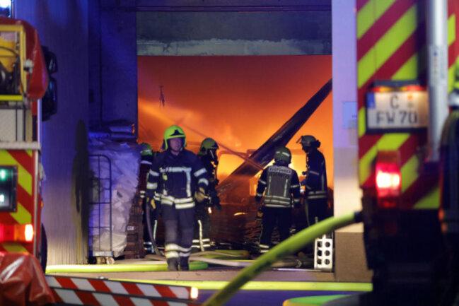 <p>Im Einsatz waren die Chemnitzer Berufsfeuerwhr sowie die Freiwilligen Feuerwehren Glösa, Rabenstein und Siegmar mit insgesamt 59 Einsatzkräften und 14 Fahrzeugen.</p>