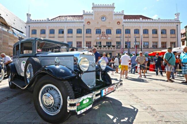 <p>Die historischen Fahrzeuge nahmen um 11.30 Uhr Startaufstellung auf dem Hauptmarkt.</p>
