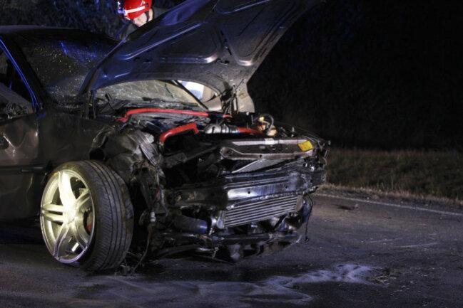 <p>Das Auto überschlug sich mehrfach, der 26-jährige Beifahrer wurde aus dem Fahrzeug geschleudert.</p>