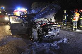 <p>Der 27-jährige Fahrer überholte auf der B92 zwischen A72 und Oberlosa mit seinem Opel ein anderes Auto und verlor in einer Kurve die Kontrolle, wie die Polizei mitteilte.</p>